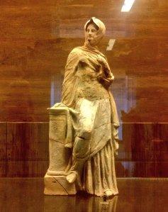 Assisterò agli eventi come questa Tanagrina, statuetta femminile in terracotta da Paestum