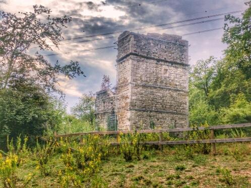 La Torre di Melagrana, nel bosco di Sofignano, ai piedi della Calvana
