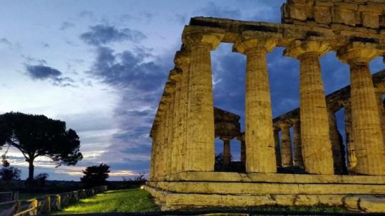 Paestum, il tempio di Cerere all'imbrunire