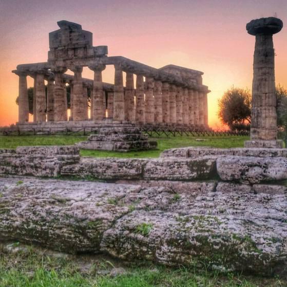 Che vi sembra di questo bel paesaggio con rovine? Questa è Paestum, il tempio di Cerere al tramonto