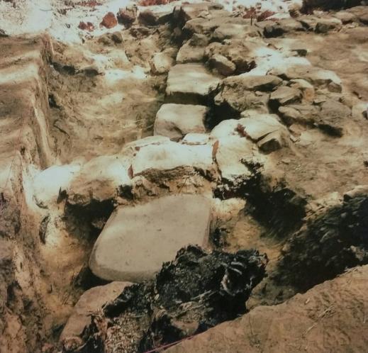 La stele reimpiegata nella fondazione del tempio tardo arcaico del santuario di Poggio Colla