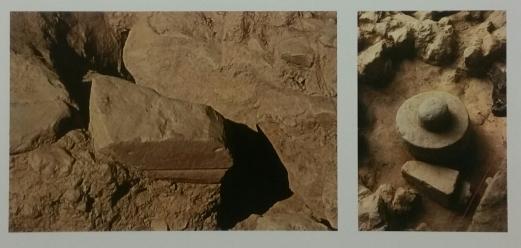 Due immagini dal santuario: il deposito votivo della fenditura e un altro deposito, con un elemento architettonico deposto capovolto