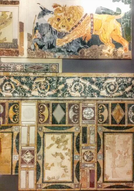 Una delle pareti dell'aula decorata in opus sectile nella domus di Porta Marina a Ostia