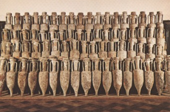 La fiancata della stiva della nave romana di Albenga ricostruita col suo carico di anfore