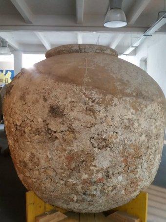 Una cicatrice in metallo su un dolio del carico della nave di diano marina