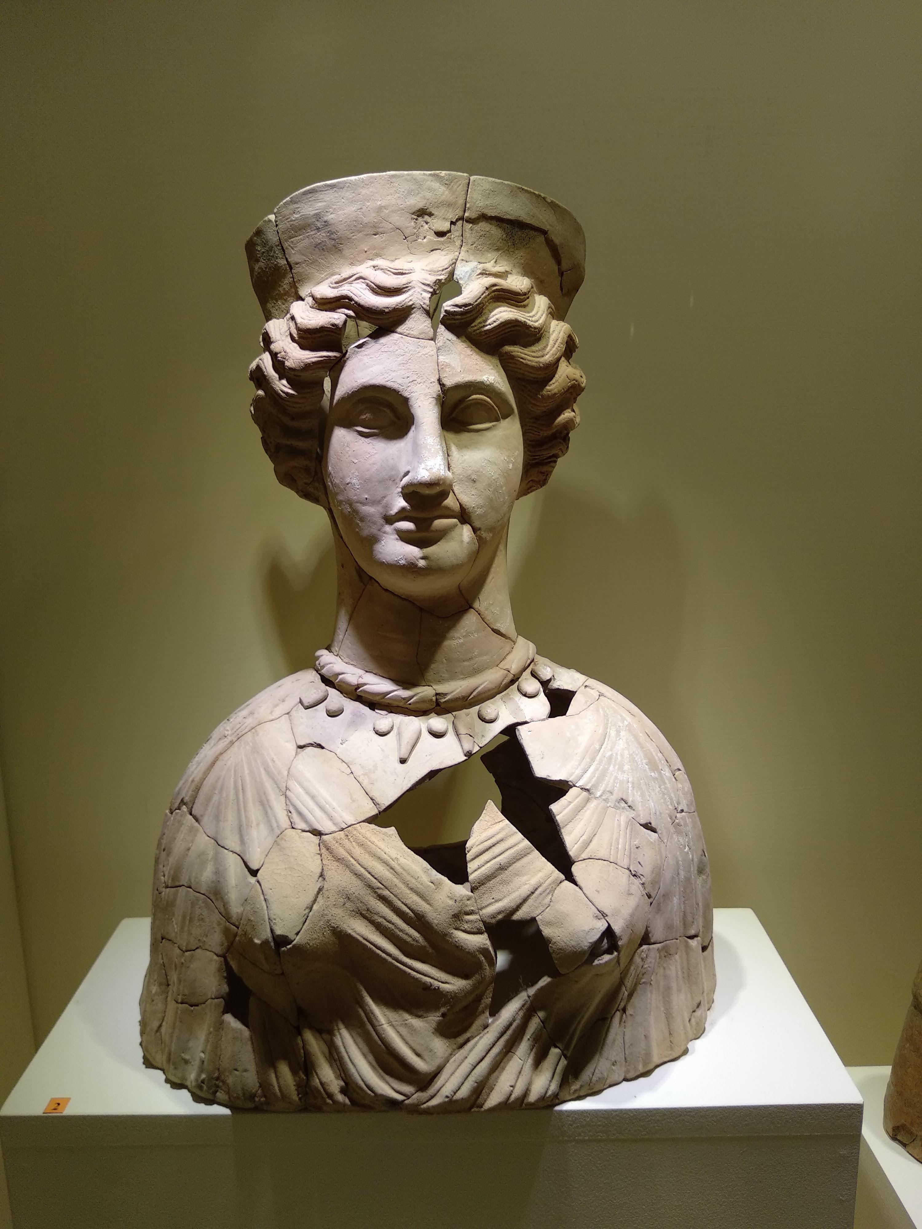 Busto di divinità femminile in terracotta. Metà del IV secolo a.c.. Krimisa (Cirò Marina, località Taverna)